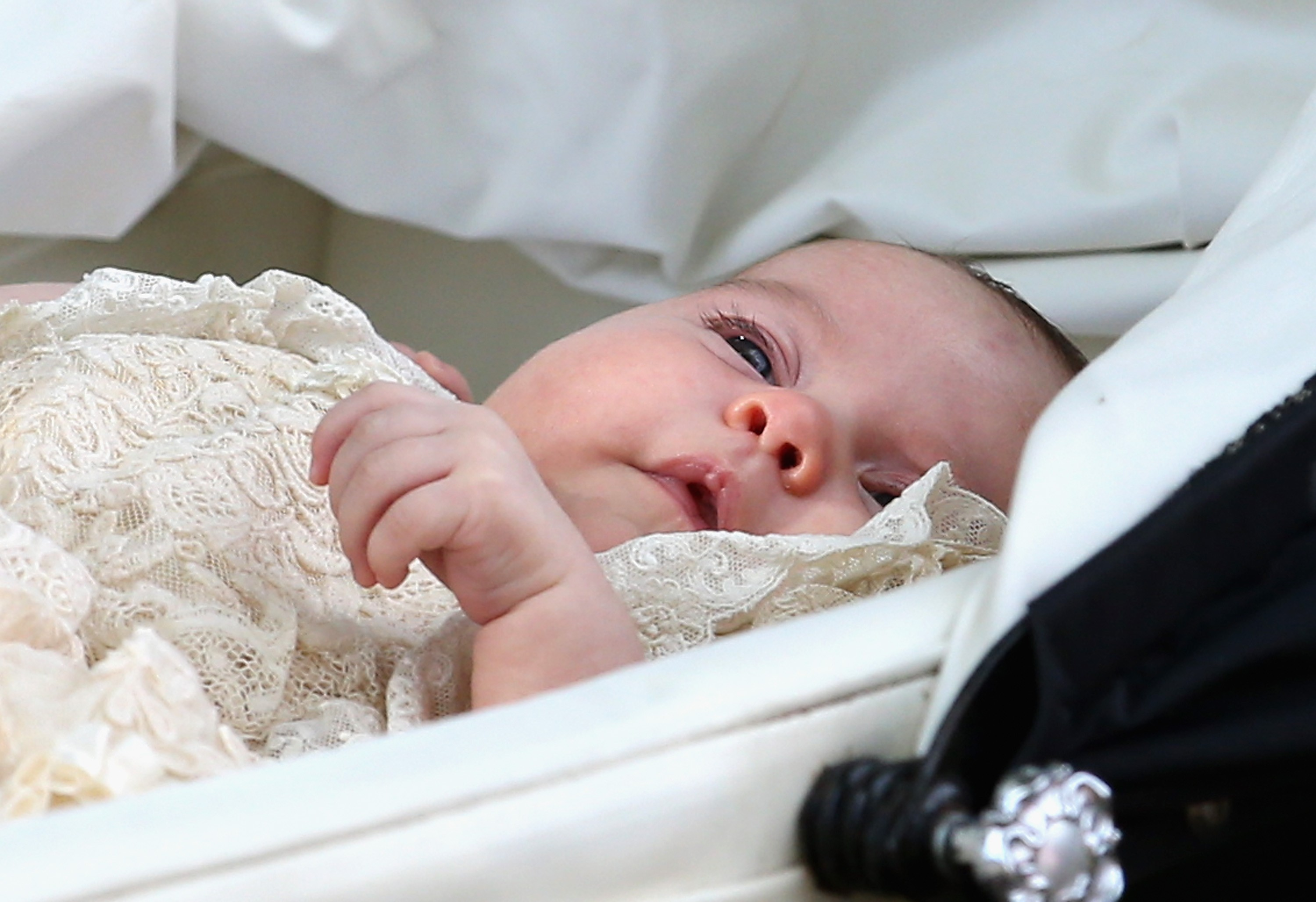 KING'S LYNN, ENGLAND - JULY 05:  Princess Charlotte of Cambridge is pushed in her silver cross pram as she leavesthe Church of St Mary Magdalene on the Sandringham Estate for the Christening of Princess Charlotte of Cambridge on July 5, 2015 in King's Lyn (Foto: Getty Images)