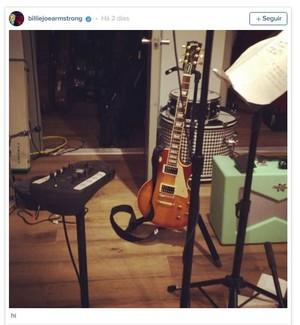 Billie Joe Armstrong, vocalista do Green Day, dá pistas do novo disco da banda em vídeo (Foto: Reprodução)