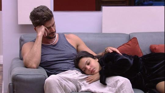 Emilly deita na perna de Marcos e recebe carinho