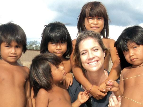 Mariane Salerno posa com crianças no Xingu (Foto: Divulgação)