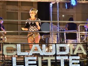 Claudia Leitte comemora gravidez pela primeira vez em cima do trio em Salvador (Foto: Eduardo Freire/G1)