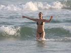 Em dia de sol, Isis Valverde curte praia no Rio