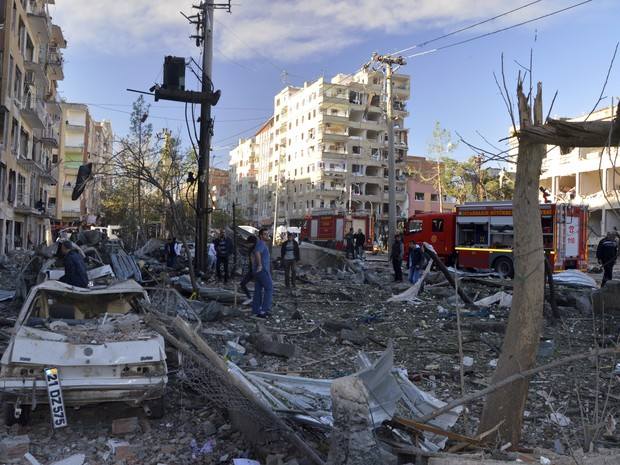 People watch the damage after an explosion in southeastern Turkish city of Diyarbakir, early Friday, Nov. 4, 2016. A large explosion hit the largest city in Turkey's mainly Kurdish southeast region on Friday, wounding several people, the state-run Anadolu (Foto: IHA via AP)