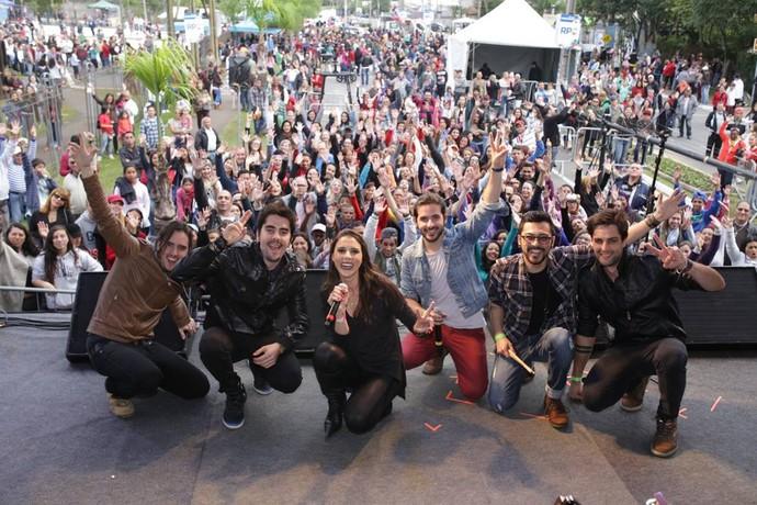 A banda posou com o público e repórter Carla Lima (Foto: Luiz Renato Corrêa/RPC)