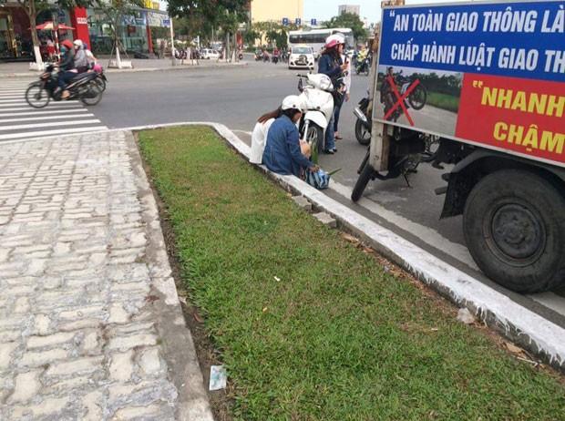 Jovem foi parada pela polícia após flagrada andando de moto na contramão (Foto: Reprodução/Facebook/Tôi yêu Đà Nẵng)