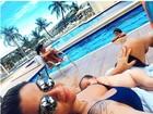Kelly Key posa com o filho recém-nascido em dia de piscina