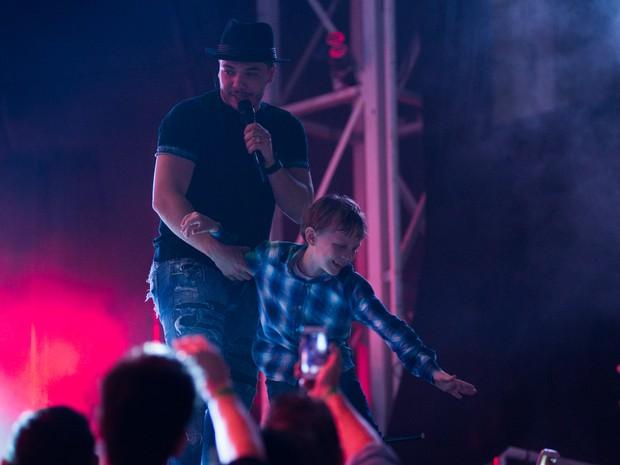 Wesley Safadão pesca pequeno fã para foto em cima do palco na Arena da Festa do Peão de Barretos (Foto: Érico Andrade/G1)
