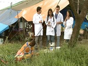 Agentes de saúde e alunos visitam ciganos em Divinópolis (Foto: Reprodução/TV Integração)