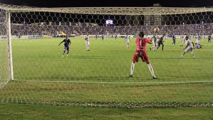 Confiança e Londrina fizeram jogo tenso na Arena Batistão (Foto: Luciano Otávio)