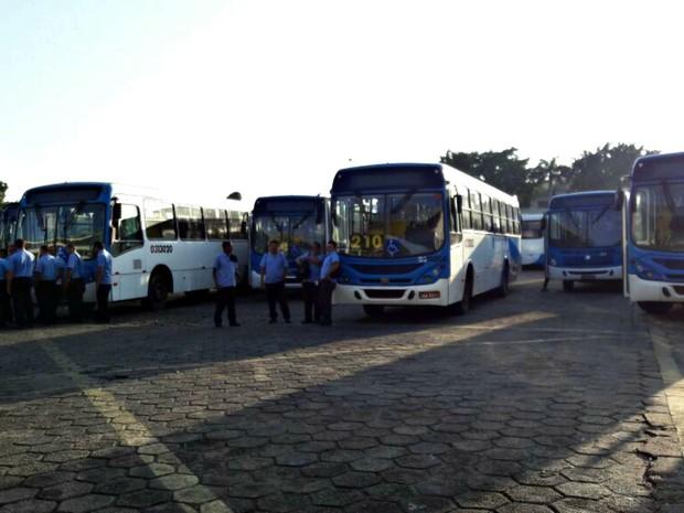 Ônibus deixaram de circular na manhã desta terça (Foto: Adneison Severiano/G1 AM)