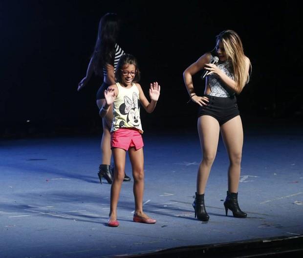 Lexa recebe fã mirim no palco (Foto: Daniel Pinheiro/AgNews)