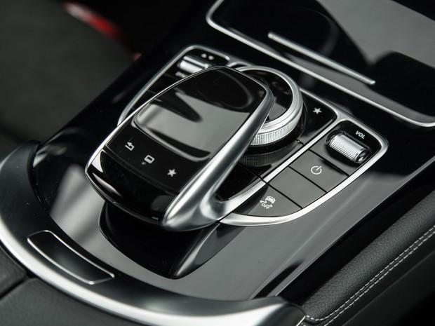 Touch pad usado para controlar a central da Mercedes (Foto: Divulgação)