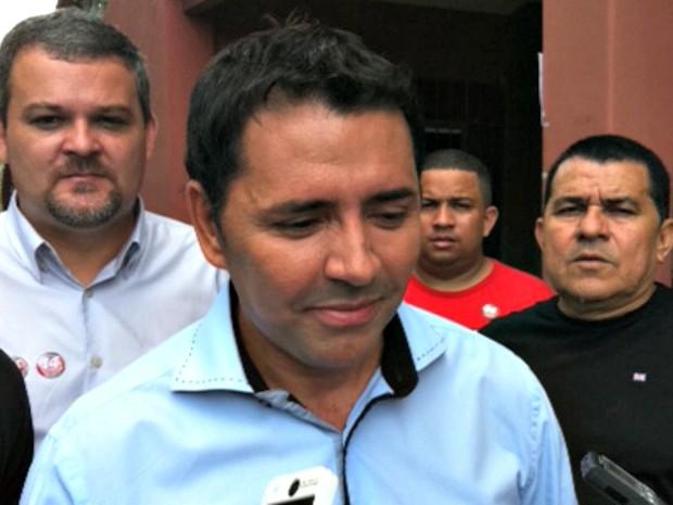 Candidato Sabino Castelo Branco antes de votar na Escola Barão do Rio Branco, no Centro de Manaus (Foto: G1/AM)