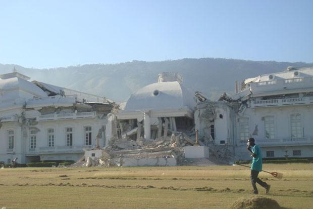 Palácio Nacional, localizado no centro de Porto Príncipe e que se tornou um dos símbolos da destruição provocada pelo terremoto, pois ficou em ruínas e com as cúpulas inclinadas (Foto: Tahiane Stochero/G1)
