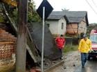 Chuva alaga, destelha casas e causa deslizamento em SC