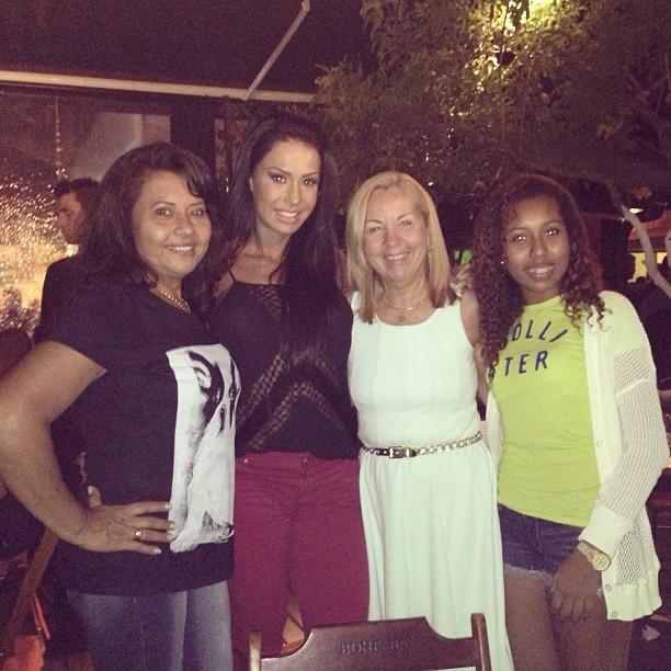 Gracyanne Barbosa com a mãe, Ledir, e com amigos (Foto: Instagram/ Reprodução)