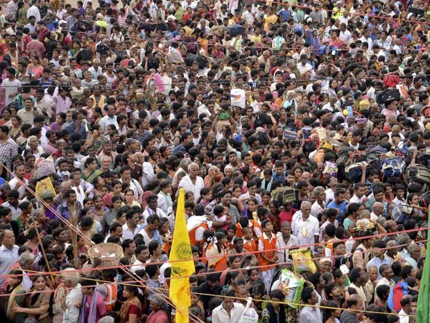 Multidão às margens do rio Godavari, em Rajahmundry (Foto: Reuters)