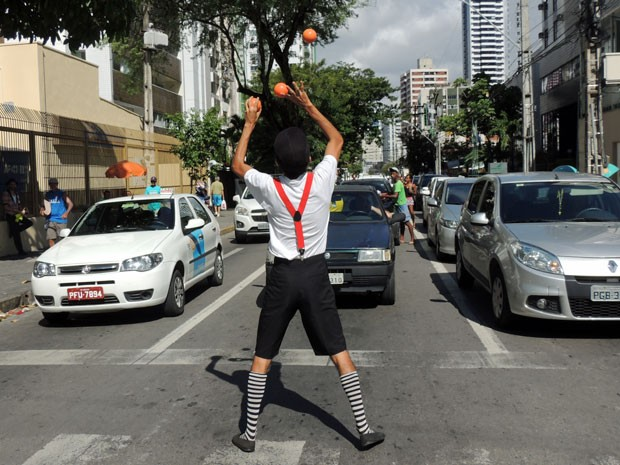 Enquanto se apresenta nos semáforos, Diógenes gosta de olhar para os motoristas para flagrar sorrisos (Foto: Marina Barbosa / G1)