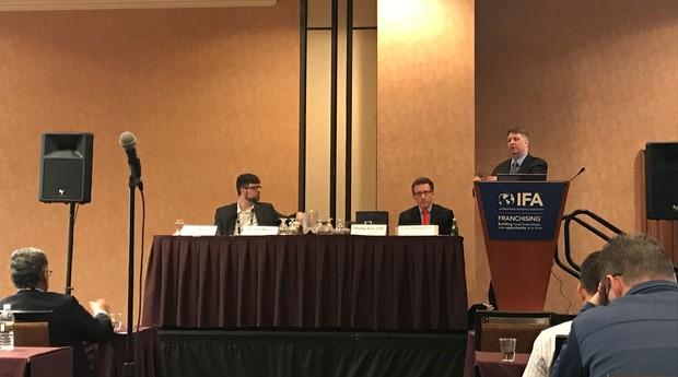 A partir da esquerda, Tom Kaiser, editor assistente da Franchise Times, Richard Greenstein e Richard Morey, ambos sócios do escritório DLA Piper (Foto: Mariana Iwakura)