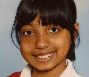 A jovem Maisha Najeeb tinha 10 anos quando foi submetida à cirurgia. Seu pai diz que a vida da filha foi arruinada pelo erro médico (Foto: Reprodução / Metro)