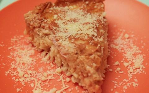 Torta de macarrão instantâneo tem queijo, peito de peru e creme de leite