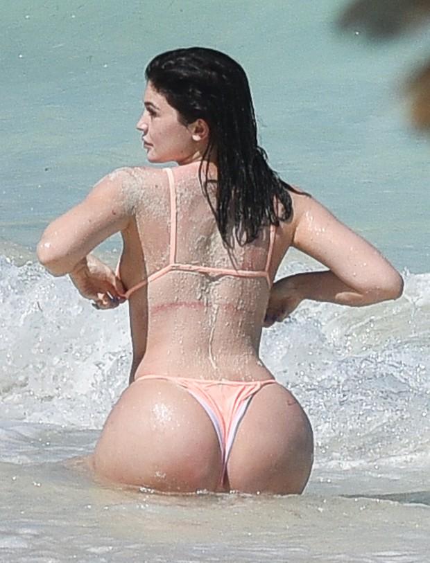 Kylie Jenner em praia nas Ilhas Turcas e Caicos, no Caribe (Foto: AKM-GSI/ FameFlynet/ Agência)