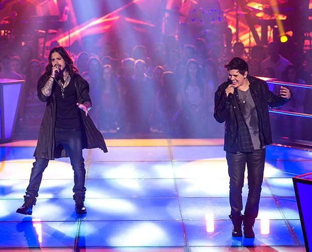 Kim Lírio e Thiago Soarem sobem ao palco cantando o sucesso With or Without you, de U2 (Foto: Isabella Pinheiro/Gshow)