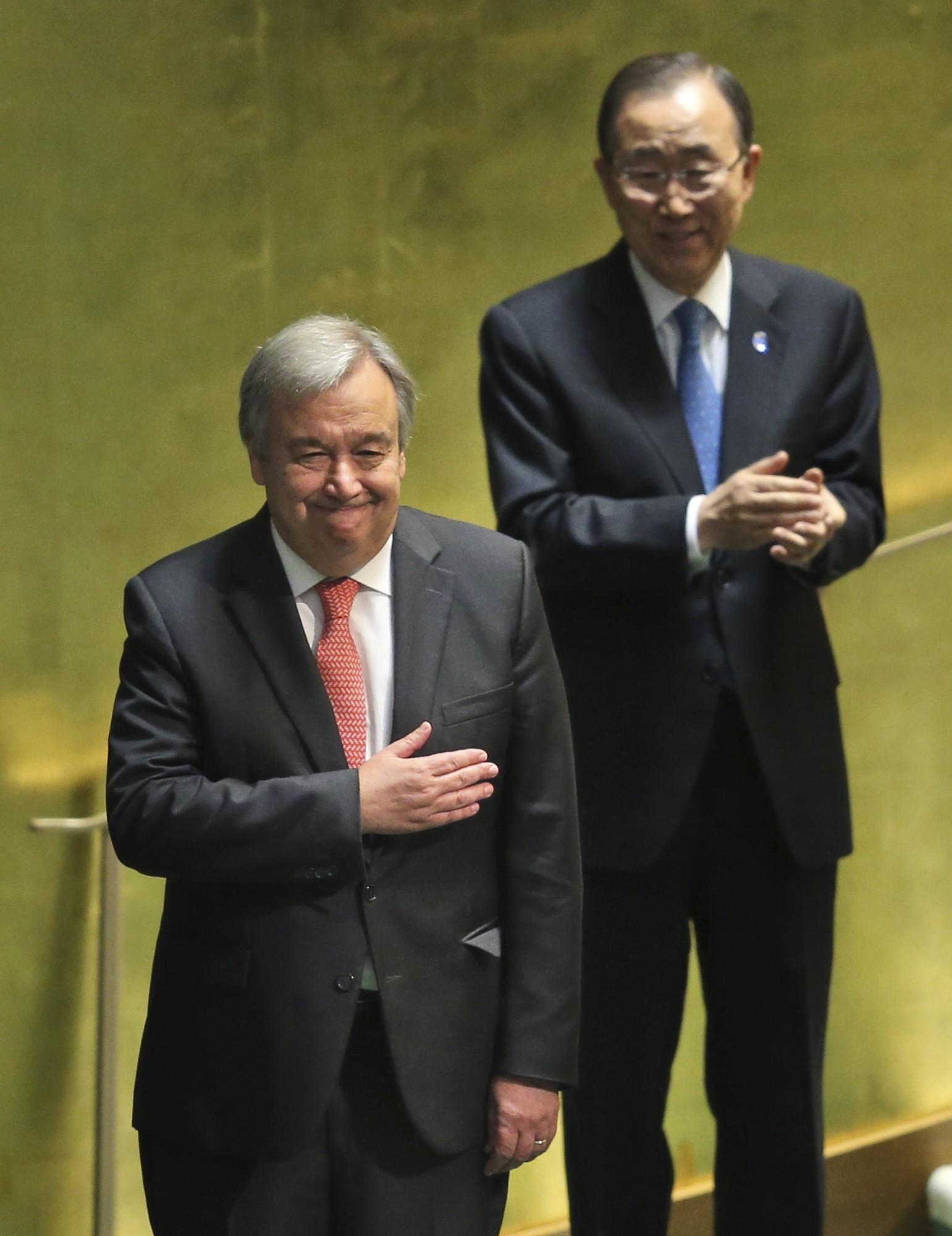 Ban Ki-moon observe António guterres sendo aplaudido na Assembleia-Geral da ONU, nesta quinta (13), quando foi aprovado por unanimidade para o caro e secretário-geral da organização (Foto: Seth Wenig/AP)