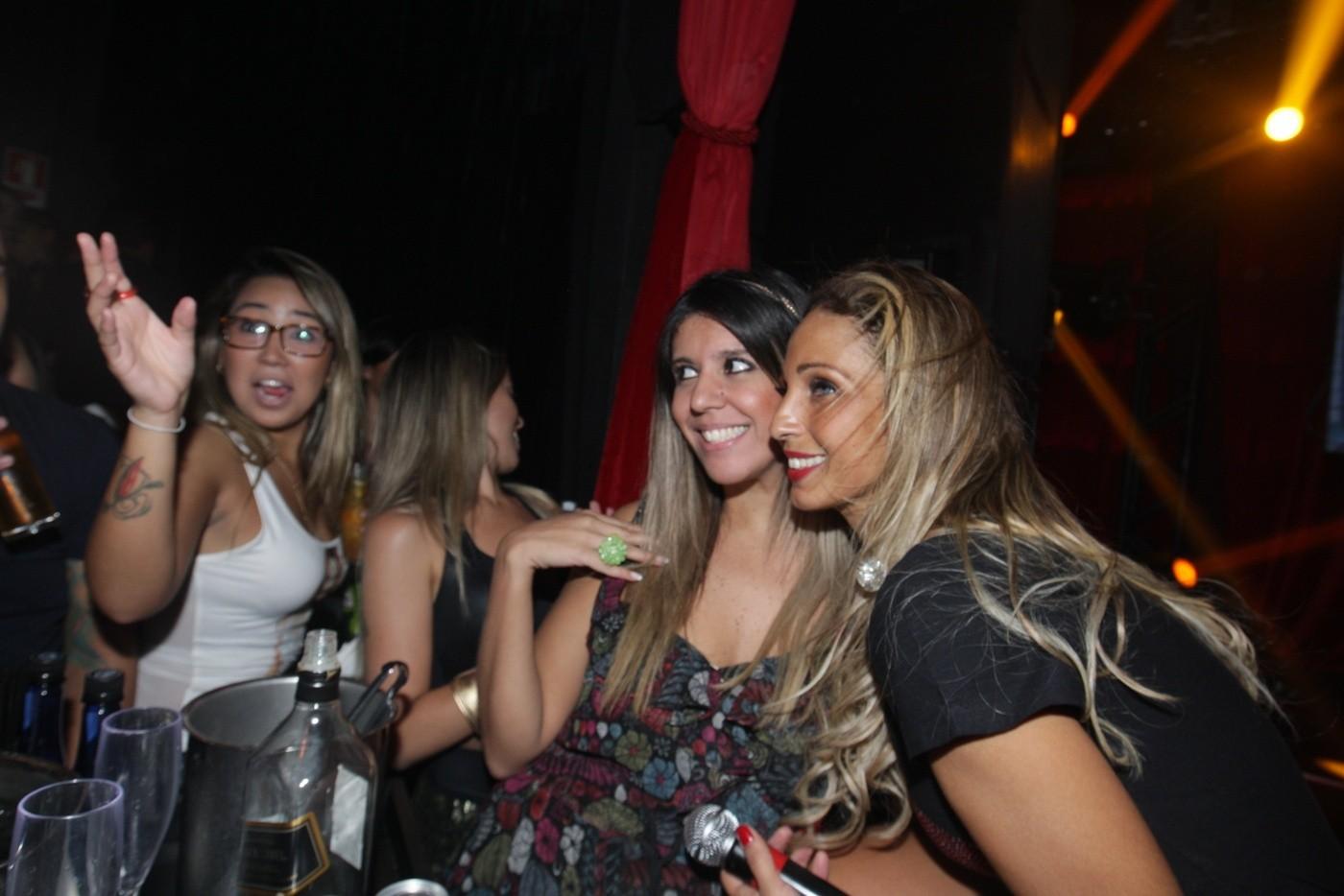 Valesca Popozuda posa com fã (Foto: Leo Franco/AgNews)
