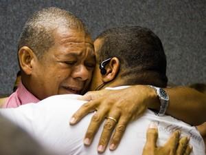 Geraldo chora abraçado a parente após leitura da sentença. (Foto: Jonathan Lins/G1)