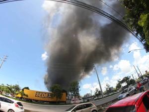 Nas proximidades da Chesf é possível perceber a dimensão do incêndio (Foto: Aldo Carneiro/Pernambuco Press)