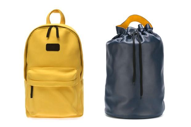 Mochila amarela Riachuelo (R$ 109,90) e em forma de saco Jil Sander na Farfetch (R$ 6.170) (Foto: Divulgação)