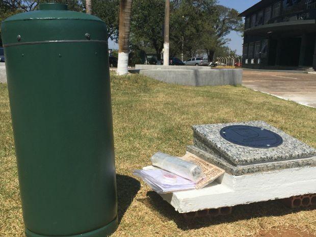 Objetos pessoais foram guardados dentro de uma 'cápsula do tempo'  (Foto: Gabriela Pavão/ G1MS)