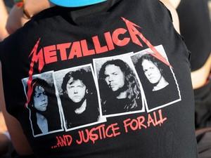 Metaleiros vestem suas camisetas de bandas para ir ao segundo dia do Rock in Rio 2015 (Foto: Alexandre Durão/G1)