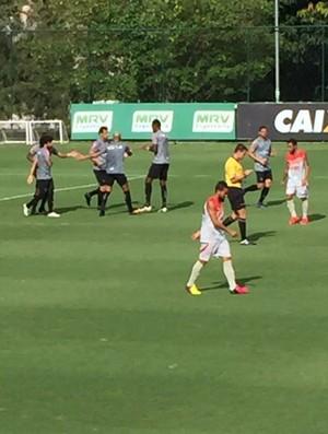 Jogadores do Atlético-MG comemoram gol em jogo-treino (Foto: Fernando Martins Y Miguel)
