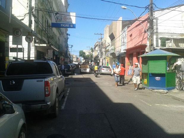 Lojas fecham as portas no centro da cidade (Foto: Vitor Tavares/G1)