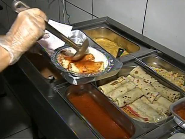 Os preços dos marmitex variam de acordo com o tamanho (Foto: Reprodução/TV Tem)