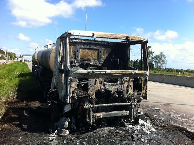 Incêndio pode ter sido provado por pane mecânica (Foto: Walter Paparazzo/G1)