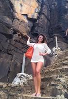 Paula Fernandes usa bolsa de grife de R$ 7 mil em praia em Noronha