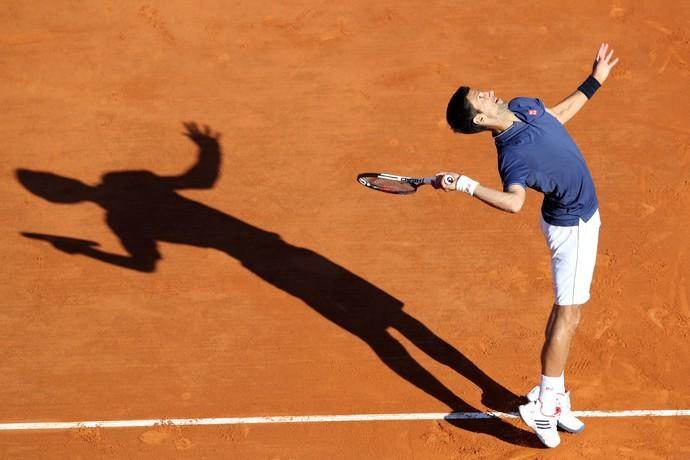 Novak Djovokic na partida contra Pablo Carrena Busta em Monte Carlo (Foto: Yann COATSALIOU / AFP)