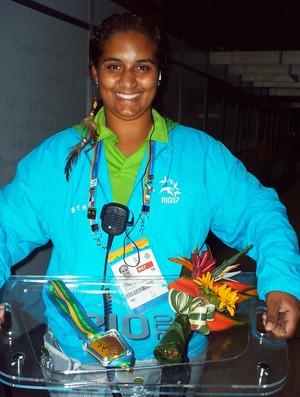 Edilia Aparecida Mendes, de Uberaba, voluntária na Copa do Mundo 2014, junto às medalhas do Pan do Rio (Foto: Arquivo Pessoal)
