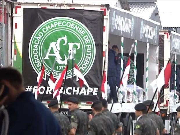 Carretas abertas transportam corpos de vítimas até a Arena Condá (Foto: Reprodução/RBSTV)