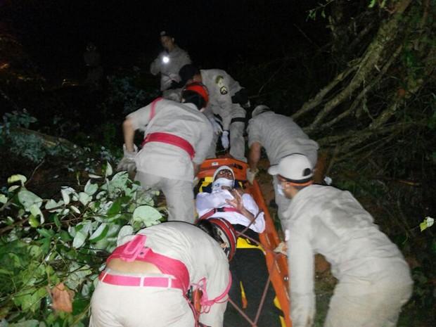 Um dos passageiros sendo resgatado pelas equipes do Samu e Bombeiros (Foto: Polícia Militar/Divulgação)