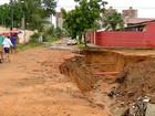 Chuva abre cratera  e assusta moradores
