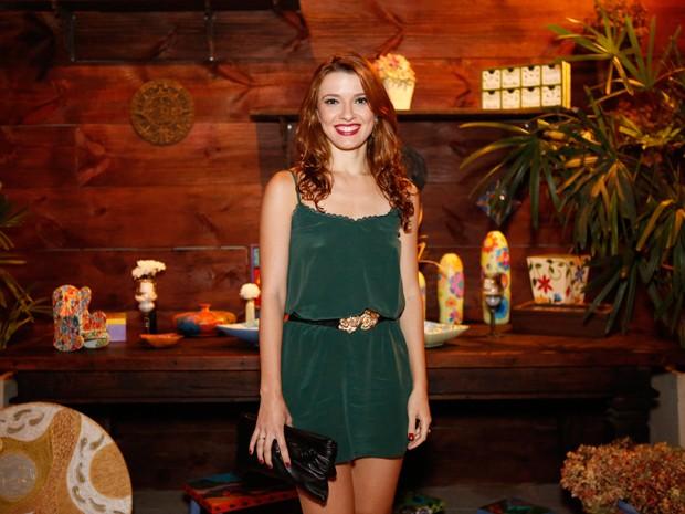Julia Fajardo combina vestido verde com acessórios pretos (Foto: Ellen Soares / Gshow)