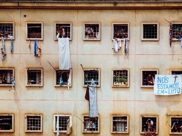, São Paulo, SP. 05/10/1992. Presos penduram faixa demonstrando luto na Casa de Detenção do Complexo Penitenciário do Carandiru, na zona norte de São Paulo, três dias após o massacre ocorrido no local, quando 111 detentos foram mortos pela Polícia Militar (Foto: Itamar Miranda/Estadão Conteúdo/Arquivo)