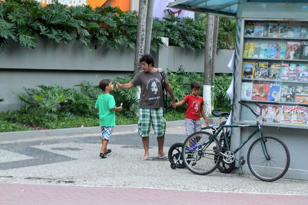 Bruno Mazzeo com o filho e um amiguinho do menino (Foto: Daniel Delmiro/Agnews)