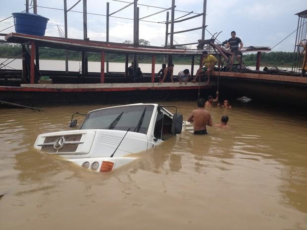Após cair no Rio Mamoré, caminhão ficou submerso  (Foto: Júnior Freitas/ G1)