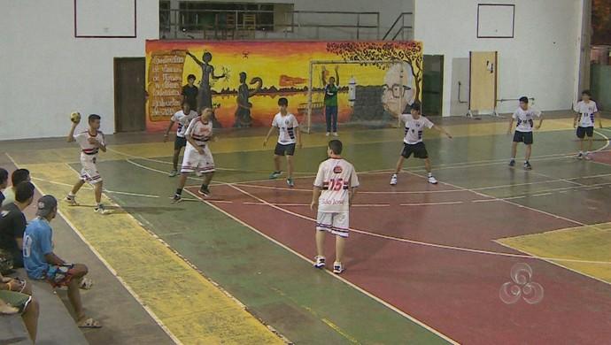 Lance de jogo entre CCA e República, pela Copa Cadete de Handebol, no AP (Foto: Reprodução/TV Amapá)