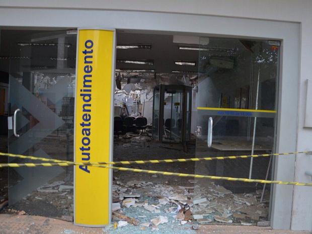 De acordo com a Polícia Militar, cerca de 10 homens chegaram na cidade por volta de 1 hora e armados de escopetas, pistolas e fuzis atacaram as agências bancárias (Foto: Reprodução/TV Verdes Mares)